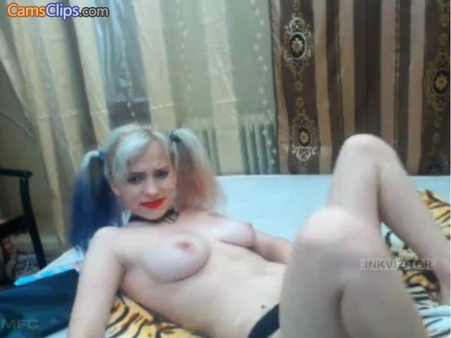 Pretty woman HoneeyBee plays on webcam