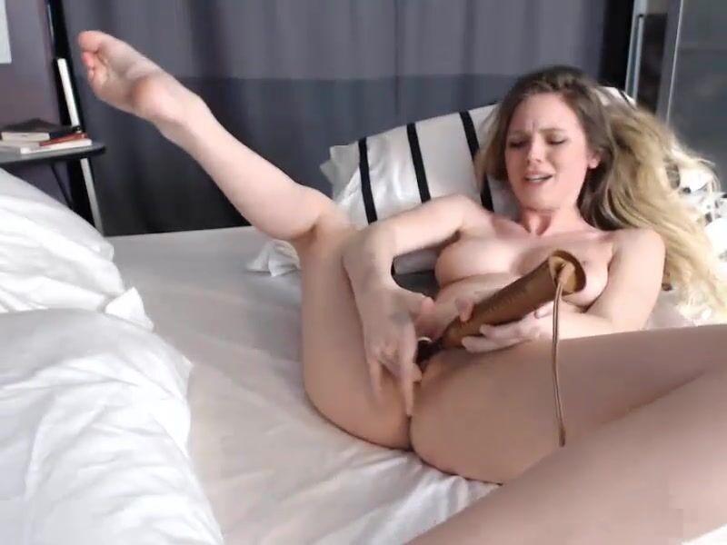 NaomiDee masturbates in a hammock
